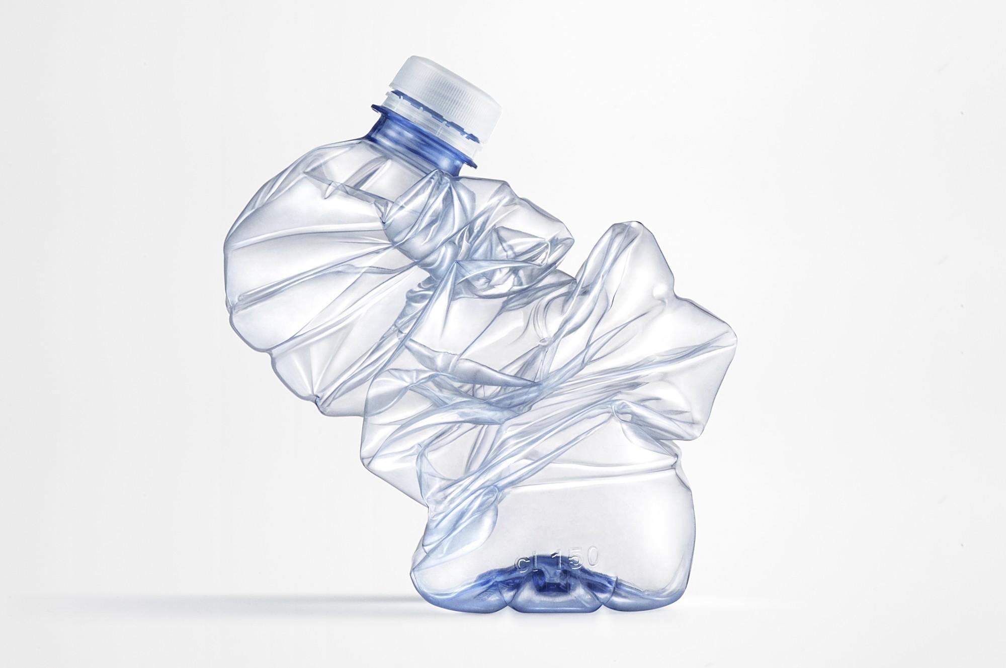 Il lato oscuro dell'acqua in bottiglia